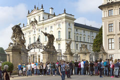 ПРАГА, 15-ОЕ СЕНТЯБРЯ: Толпа туристов около дворца ` s архиепископа на квадрате замка около парадного входа в Праге Cas Стоковая Фотография