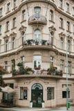 Прага, 24-ое сентября 2017: Угол традиционного здания с чехословакской архитектурой с балконами и стоковая фотография rf