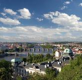 Прага - панорамный взгляд и мост Charles Стоковые Фотографии RF
