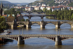 Прага - панорамный взгляд и мост Charles Стоковая Фотография RF