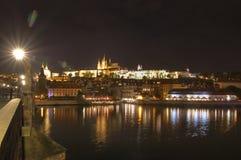 Прага, река Влтавы, замок Hradcany, чехия - взгляд от моста ` s Charle, сцена ночи Стоковое Изображение