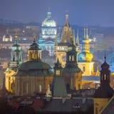 Прага, фантастические старые крыши городка во время сумерк Стоковая Фотография