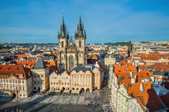 ПРАГА, ЧЕХИЯ - МАЙ 2017: Здания на старой городской площади Staromestska Namesti с церковью Tyn в Праге, чехии Стоковое Фото