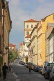 Прага, чехия - май 2016: Люди идя на сладкую улицу около красивых зданий Mala Strana стоковые изображения rf