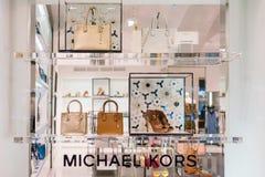 ПРАГА, ЧЕХИЯ - МАЙ 2017: Удерживания Майкл Kors компания моды установленная в 1981 американским дизайнером Майкл Kor стоковая фотография rf