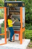 ПРАГА, ЧЕХИЯ - 20 08 2017: Милая девушка с будочкой книги старой книги публично в Праге Стоковое Фото