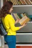 ПРАГА, ЧЕХИЯ - 20 08 2017: Милая девушка с будочкой книги старой книги публично в Праге Стоковое Изображение RF