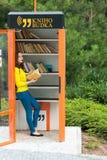 ПРАГА, ЧЕХИЯ - 20 08 2017: Милая девушка с будочкой книги старой книги публично в Праге Стоковое Изображение