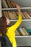 ПРАГА, ЧЕХИЯ - 20 08 2017: Милая девушка с будочкой книги старой книги публично в Праге Стоковые Фотографии RF