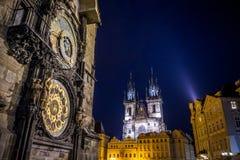 Прага, чехия - 13-ое августа 2015: Башня астрономических часов крупного плана известная расположенная в центре города, церков баш Стоковое фото RF