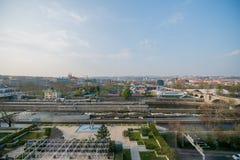 ПРАГА, ЧЕХИЯ - 9-ОЕ АПРЕЛЯ 2019: Взгляд трутня дневного времени воздушный  стоковые фотографии rf
