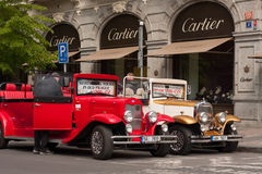 ПРАГА, ЧЕХИЯ - 21-ОЕ АПРЕЛЯ 2017: 2 винтажных автомобиля Форда припаркованного перед Cartier ходят по магазинам в улице Parizska Стоковое Изображение RF