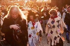 ПРАГА, ЧЕХИЯ - 30-ОЕ АПРЕЛЯ 2017: Костюмированный парад в улицах Праги на ` carodejnice ` ночи ведьмы горящем Стоковое фото RF