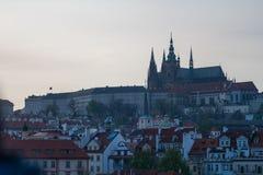 ПРАГА, ЧЕХИЯ - 10-ОЕ АПРЕЛЯ 2019: Красивый и иконический замок Праги во время низкого голубого захода солнца стоковая фотография