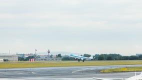 ПРАГА, ЧЕХИЯ - 16-ОЕ ИЮНЯ 2017: Боинг 737 авиакомпании KLM, приземляясь в авиапорт Праги Стоковая Фотография RF