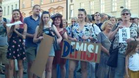 ПРАГА, ЧЕХИЯ, 11-ОЕ ИЮНЯ 2019: Демонстрация толпы людей против Премьер-министра Andrej Babis, знамени с сток-видео