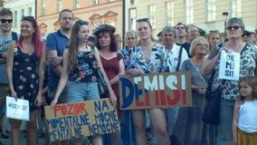 ПРАГА, ЧЕХИЯ, 11-ОЕ ИЮНЯ 2019: Демонстрация толпы людей против Премьер-министра Andrej Babis, знамени с акции видеоматериалы