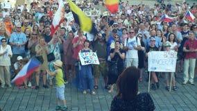 ПРАГА, ЧЕХИЯ, 11-ОЕ ИЮНЯ 2019: Демонстрация толпы людей против Премьер-министра Andrej Babis, знамени сток-видео