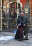 Прага, чехия - 15-ое марта 2017: мужской художник рисует эскиз пока сидящ на улице стоковое фото rf