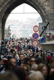 Прага, чехия - 10-ое марта 2018: толпа людей на Карловом мосте стоковые изображения rf