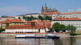 Прага, чехия, 29-ое мая 2017 Взгляд Hradcany от банков реки Влтавы Стоковое Изображение