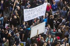 ПРАГА, ЧЕХИЯ - 15-ОЕ МАЯ 2017: Демонстрация на правительстве и Babis квадрата Праги Wenceslas против течения Стоковые Фото