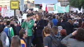 ПРАГА, ЧЕХИЯ - 15-ОЕ МАЯ 2017: Демонстрация на правительстве и Babis квадрата Праги Wenceslas против течения