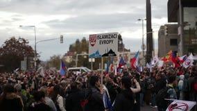 ПРАГА, ЧЕХИЯ, 17-ОЕ НОЯБРЯ 2015: Демонстрация против ислама и беженцы в Праге, знамени останавливают islamisation Европы акции видеоматериалы