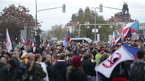 ПРАГА, ЧЕХИЯ, 17-ОЕ НОЯБРЯ 2015: Демонстрация против ислама и иммигрантов, беженцев в Праге, людей, сигнализирует чеха сток-видео