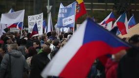 ПРАГА, ЧЕХИЯ, 17-ОЕ НОЯБРЯ 2015: Демонстрация против ислама и иммигрантов, беженцев видеоматериал