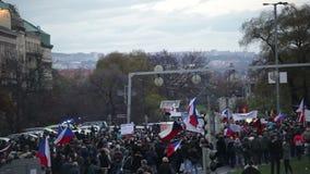 ПРАГА, ЧЕХИЯ, 17-ОЕ НОЯБРЯ 2015: Демонстрация против ислама и иммигранты, беженцы в Праге, толпе сток-видео