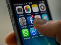 ПРАГА, ЧЕХИЯ - 17-ОЕ НОЯБРЯ 2015: Фото конца-вверх экрана старта iPhone 5s Яблока с значками apps Стоковое Изображение RF