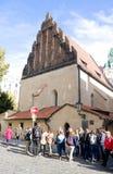 ПРАГА, ЧЕХИЯ - 10-ОЕ ОКТЯБРЯ: Синагога туристов nearOld-новая 10-ого октября 2013 в Праге Стоковое Фото