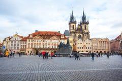 25 01 2018 Прага, чехия - старые городская площадь и церковь o Стоковые Фото