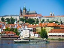 Прага, чехия - 4 09 2017: Старый городок Святого Vitus Праги и церков в Праге над рекой Влтавы Стоковая Фотография RF