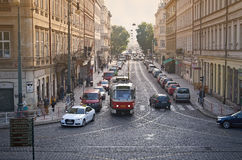 ПРАГА, ЧЕХИЯ - трамвай 24-ое сентября 2014 в улице Праги стоковая фотография