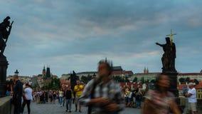 ПРАГА, ЧЕХИЯ - 23-ье августа 2016: Moving видео промежутка времени замка Карлова моста и Праги во время захода солнца спрятанного сток-видео