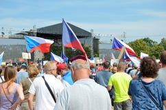 Прага, чехия - 23-ье июня 2019: Толпа протестов людей против Премьер-министра Babis и министра юстиции на Letna, стоковые изображения rf