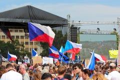 Прага, чехия - 23-ье июня 2019: Толпа протестов людей против Премьер-министра Babis и министра юстиции на Letna, стоковая фотография rf