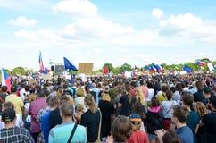 Прага, чехия - 23-ье июня 2019: Толпа протестов людей против Премьер-министра Babis и министра юстиции на Letna, стоковое изображение
