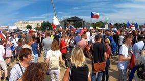 Прага, чехия - 23-ье июня 2019: Толпа протестов людей против Премьер-министра Babis и министра юстиции на Letna, видеоматериал