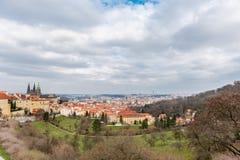 ПРАГА, ЧЕХ - 11-ОЕ МАРТА 2016: Сады Petrin и ландшафт Праги сверху Городской пейзаж стоковое фото rf