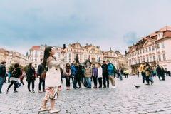 Прага, Чешская Республика Фото молодой китайской женщины туристское принимая Стоковые Изображения