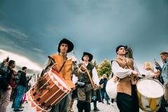Прага, Чешская Республика Шествие людей одетых в костюмах Стоковые Изображения RF