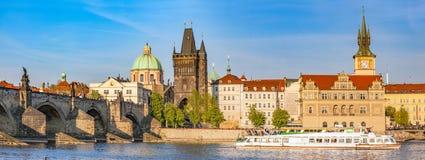 Прага, Чешская Республика Карлов мост, круиз шлюпки на реке Влтавы Винтаж стоковая фотография