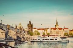 Прага, Чешская Республика Карлов мост, круиз шлюпки на реке Влтавы Винтаж Стоковые Фото