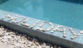 ` Праздника ` надписи положено вне камешком на сторону бассейна стоковое изображение rf