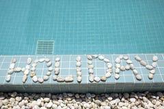 ` Праздника ` надписи положено вне камешком на сторону бассейна стоковые фотографии rf