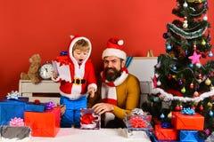 Праздники, детство и концепция людей - усмехаясь мальчик стоковые фото
