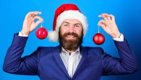 Праздники значили ради веселья Костюм бородатой носки человека официальные и шляпа santa Бизнесмен присоединяется к торжеству рож стоковое изображение rf